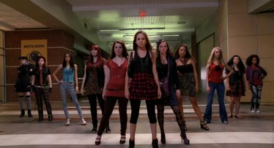 Des lycéennes qui posent de manière très naturelle dans les couloirs de l'école.